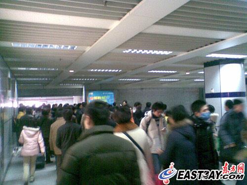 图片说明:乘客正在疏散