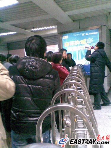图片说明:工作人员正在引导乘客疏散