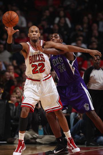 吉布森/图文:[NBA]国王客场胜公牛 吉普森准备接球
