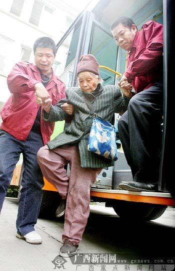 公交车司机扶老人下车