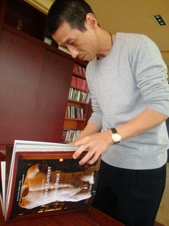 蔡铭超翻阅佳士得当时寄给他的藏品图录