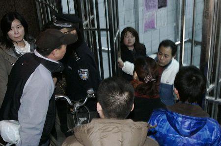 昨晚9点10分左右,乘客被拦在陕西路地铁站口。早报记者 张栋 图