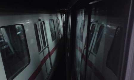 两列车相撞后,现场一片漆黑。 读者供图