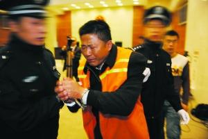 11月27日,张明宝在案件公开审理时向受害者家属道歉。 通讯员 徐高纯 摄