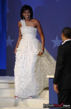 身穿美国年轻华裔设计师吴季刚(Jason Wu)设计的白色礼服