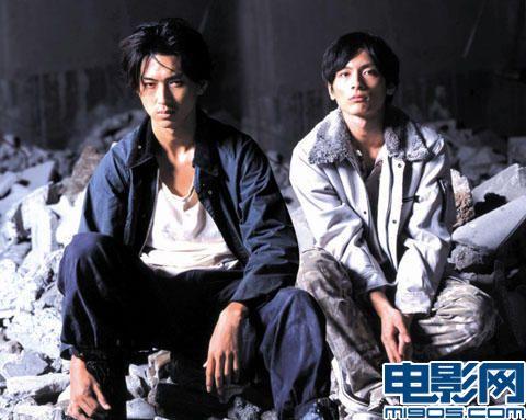 影片剧照 松田翔太 (左)、高良健吾(右)