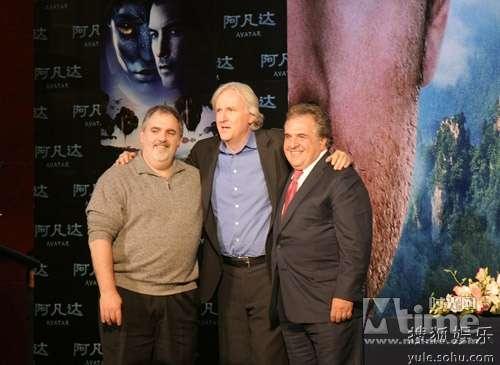 卡梅隆与福斯全球总裁加诺普罗斯(右)和《阿凡达》制片人乔恩・兰道(左)