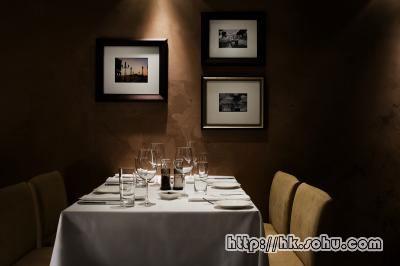 餐厅内摆设简单舒适