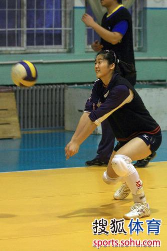 图文:天津女排平安夜备战 李莹笑着接球