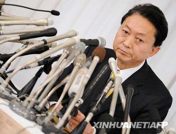 12月24日,日本首相鸠山由纪夫在东京出席新闻发布会。新华社/法新