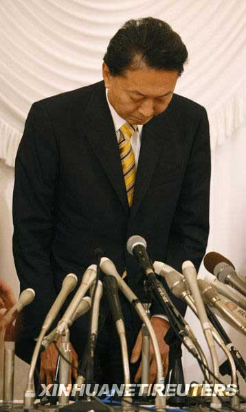 12月24日,日本首相鸠山由纪夫在东京出席新闻发布会时低头致歉。新华社/路透