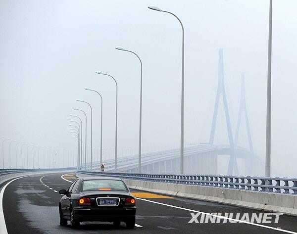 11月17日,采访车辆行驶在刚刚建成的金塘跨海大桥上。新华社记者 徐昱 摄