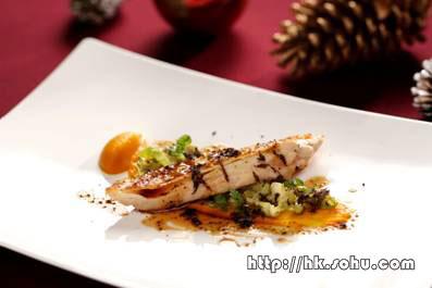 香煎嫩滑鸡胸肉伴法国南瓜蓉、球芽甘蓝菜叶及松露浓汁