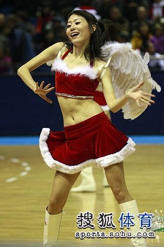 图文:北京啦啦队变圣诞天使 劲歌热舞