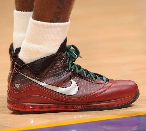 詹姆斯/图文:[NBA]骑士VS湖人 詹姆斯圣诞版战靴...