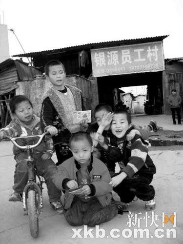 孩子在这样的环境里依然玩得很开心。