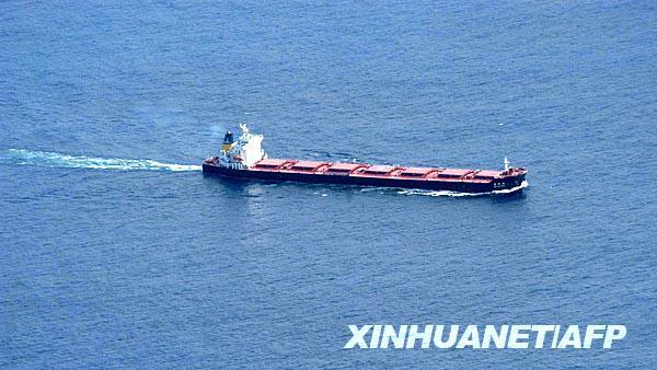 """10月21日,记者从中国海上搜救中心获悉,在印度洋遭劫持的中国籍散货轮""""德新海""""轮18日12时发回公司的报告显示,该轮上存有燃油700余吨、淡水150吨;船上的米、面等生活物资存储充足,可以满足船员日常生活所需。但截至10月21日18时,""""德新海""""轮仍处失去通信联系的状态。这张由欧盟海军19日提供的照片显示的是""""德新海""""轮在索马里东海岸向西北方向航行。新华社/法新"""