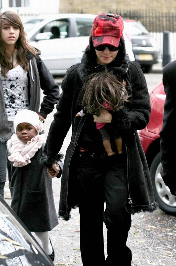 麦当娜带着她的两个女儿Lourdes和Mercy来到伦敦的卡巴拉教中心