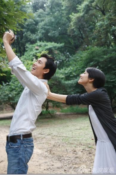 高圆圆郑雨盛韩国拍写真 甜蜜似情侣(组图)