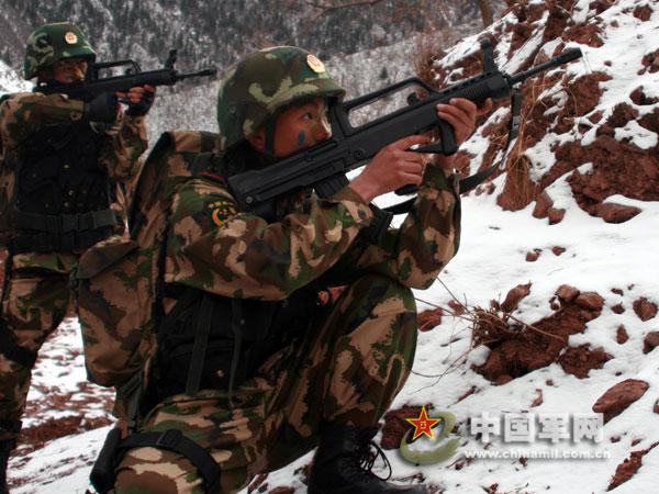 西藏武警负重50斤在高寒地区练山地作战(组图)
