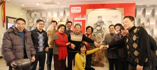香山画院的书画大师们在《爱心永恒》前合影