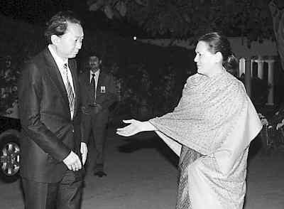 鸠山由纪夫在新德里会见印度国大党主席索尼娅-甘地。