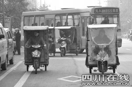 公交车无法进入,市民搭乘火三轮出行