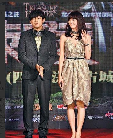 林志玲(右)圣诞节穿金色爆乳装与周董出席首映,会后直接去逛夜市