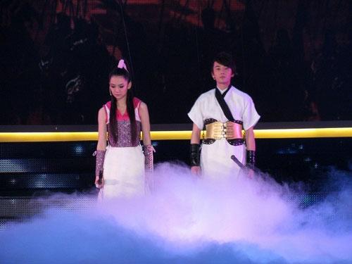 戚薇吊威亚化身侠女 现身安徽卫视跨新年晚会图片