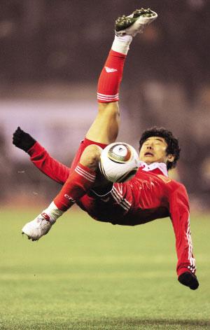韩鹏的动作很漂亮,可惜没踢到球。