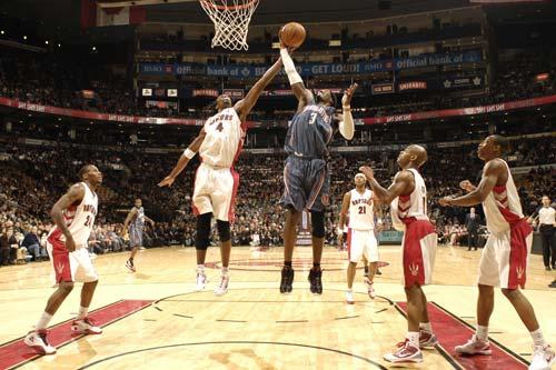 NBA图:山猫VS猛龙 波什力拼华莱士