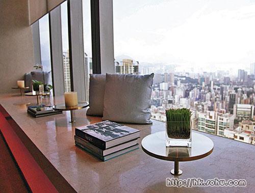 处于72楼高层位置,看到四面高楼大厦的楼顶,在城市中感受到悠闲的阳光。