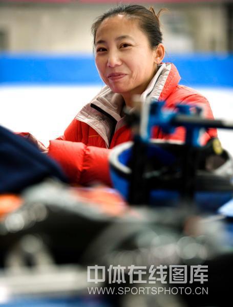 图文:中国短道速滑队拜年 主教练李琰微笑