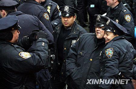 2009年12月31日,几名警察在美国纽约时报广场附近合影留念。当日,纽约时报广场新年前夜照例举行庆祝活动,成千上万的世界各地游客在此倒计时迎接新年,纽约市警方加大了警戒力度。新华社记者王成云摄