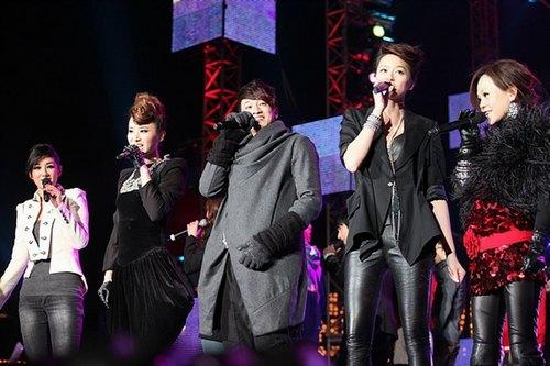 图:东方卫视跨年晚会- 群星开场演唱