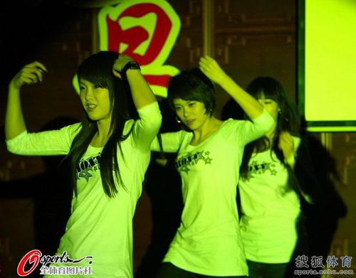 图文:国家击剑队新年大联欢 运动员们劲歌热舞