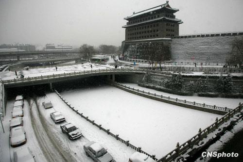1月3日,北京城内大雪纷飞,积雪厚度为近年少有。天气预报称,预计雪花将飘洒一整天,北京地区的气温有可能达到-16℃,从而逼近40年来的历史低温极值。中新社发富田摄
