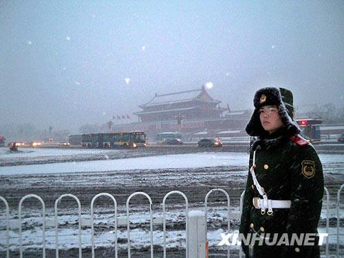 1月3日晨,武警战士在雪中的北京天安门广场值勤。当日北京降雪。据气象部门预报,降雪将持续一整天,雪量将达到大雪级别。气温也将大幅下降。新华社发(桑全利摄)