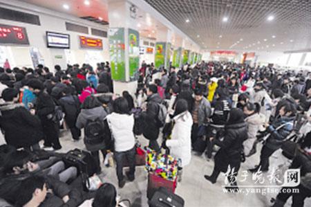 到南京火车站提前买回家车票的学生明显多了。刘浏 摄
