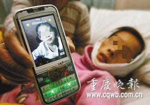 母亲的手机里还存有程诺丹健康时的照片 记者 张质 摄