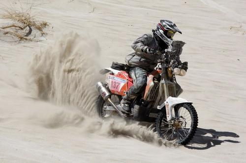 图文:2010年达喀尔拉力赛 艰难的前行