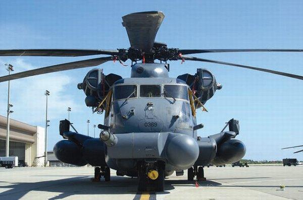 低空铺路的机鼻部位装有地形跟踪和地形匹配雷达(TF/TA radar)、前视红外(FLIR)球形塔和一个空中加油探管。