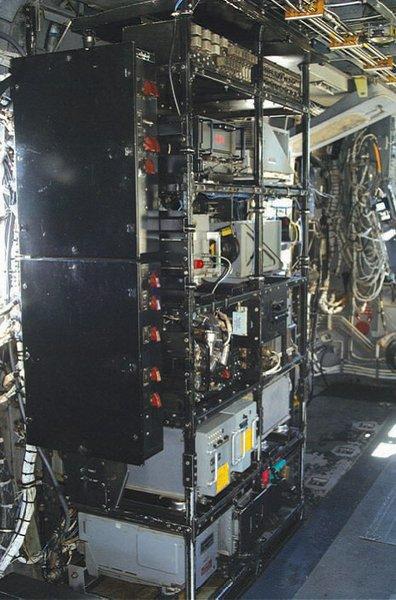 """著名的""""皮萨饼架""""――集成电子系统,并且是久经考验的低空铺路直升机上通信和导航系统的心脏。"""
