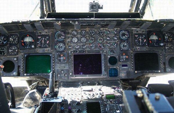 """""""低空铺路""""的座舱是类似上世纪60年代的飞行仪表与现代艺术级数字化航电显示设备的杂合体。"""
