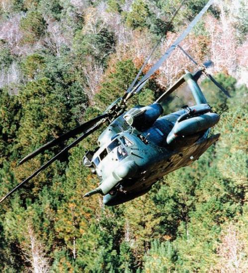 为验证它给人深刻影响的性能,图中所示的一架MH-53J正掠过树梢……一项通常在漆黑的夜间执行的任务。