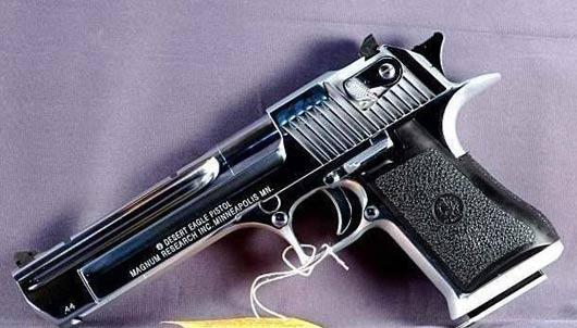 艾弗森晃人视频_阿里纳斯所藏手枪曝光 竟持有镀金沙漠之鹰(图)-搜狐体育