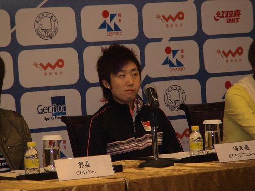 图文:乒联总决赛抽签现场 冯天薇抿着嘴巴