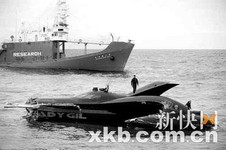 """6日,日本捕鲸船将""""蝙蝠船""""撞成两截。"""