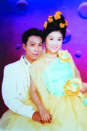 胡菁和文裕章的结婚照。