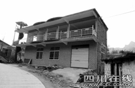 """记者再访""""周老虎"""",他已用20万盖起了镇坪县最独特小楼房"""